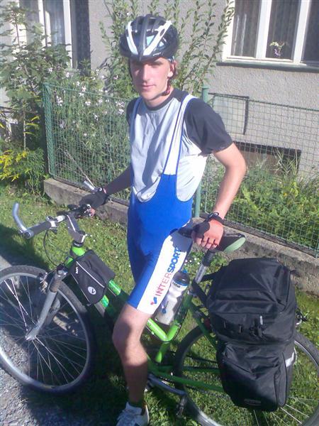Krtek ve vypůjčené cyklistické výbavě od své mámy