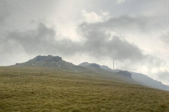 Králova hola mizí v dešťových mracích za sobotního poledne