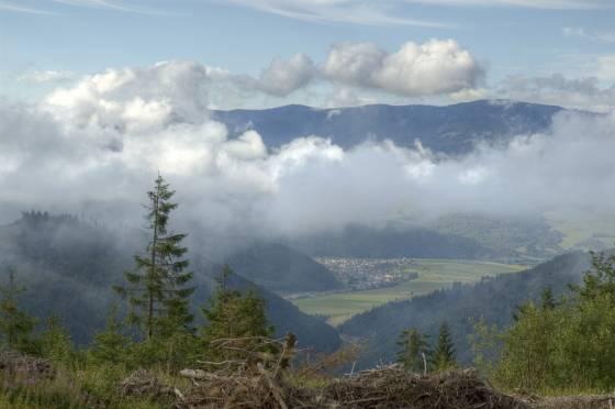 Nedělní ráno v sedle Priehyba. V údolí Hronu se krčí domky vesničky Helpa. Na obzoru Fabova hola patřící k Veporským vrchům.